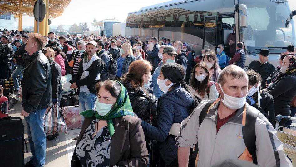 Stundenlanges Warten auf den ersten Flieger: Gedränge am Flughafen in Cluj