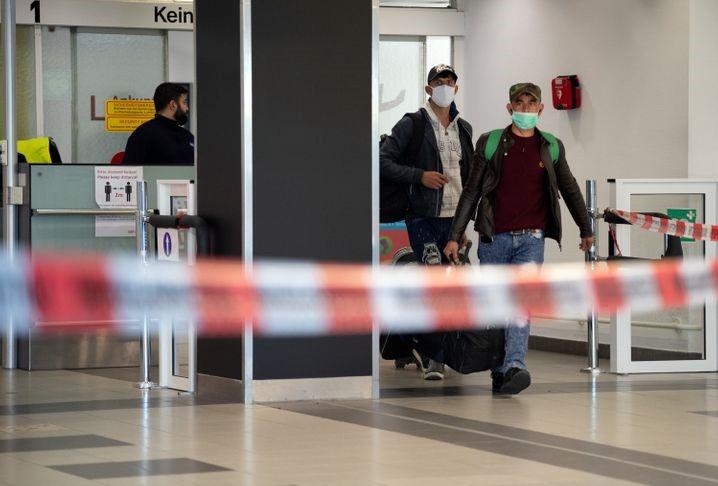 Ankunft von Erntehelfern am Berliner Flughafen Schönefeld: Strenge Auflagen